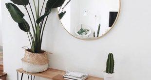 Skandinavisches Wohnzimmer. Eine Bank aus Holz, ein Spiegel mit Golddetails und … #WoodWorking